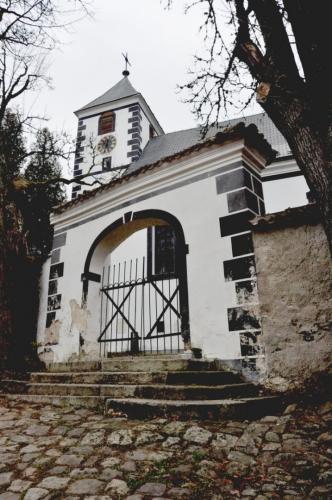 Parkujeme před kostelem v Želnavě a hned vyrážíme prozkoumat část NS Želnavsko.