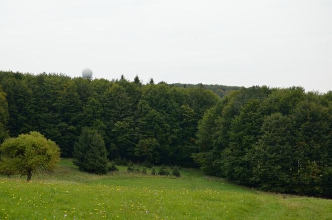 Divná koule vystupující z lesů je vojenský radar na Bánkútu.