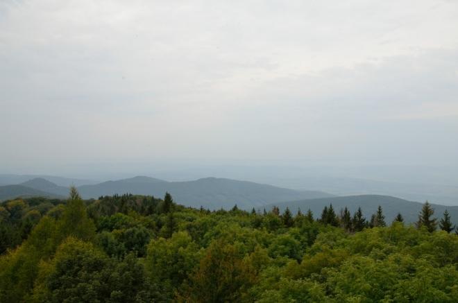 Výhledy jsem bohužel trochu zklamán. Zpětně vidím, že to tak špatné není, ale mlha udělala svoje. Toto je pohled zhruba na západ, někde za kopci v pozadí leží Szilvásvárad.