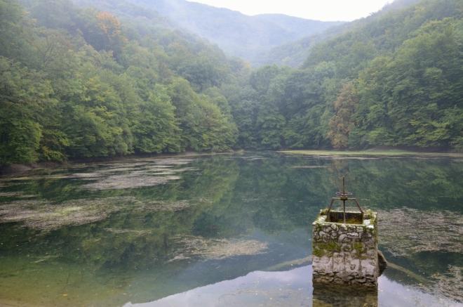 Jezero z druhé strany. U této fotky si vždycky vzpomenu na jezero Siněvir na Ukrajině.