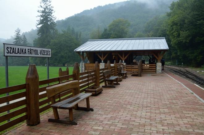 """Pětikilometrové svezení vychází zhruba na 80 Kč. Dráha v údolí Szalajka vznikla v roce 1908 a původně sloužila k převozu dřeva a vápence, dnes je zredukována na krátkou trasu pro turisty. Další známá úzkokolejka začíná ve městě Miskolc (""""miškolc"""") na opačné straně pohoří."""