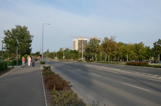 """Centrum města leží daleko na severovýchodě. Držíme se na ulici Istvána Széchenyiho (""""ištvána séčeňiho""""), jež je součástí hlavní silnice podél jezera."""