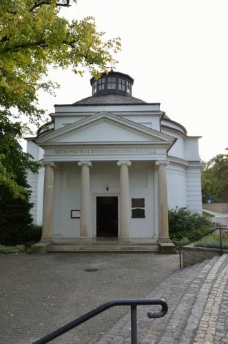 """Z promenády pak odbočujeme na sever k nevelkému lázeňskému centru města (Balatonfüred má ještě jedno civilnější centrum, ovšem nepříliš výrazné). Zde vidíme klasicistní """"Kulatý kostel"""" (Kerektemplom) z poloviny 19. století."""
