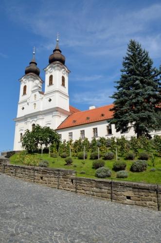 Místní benediktinský klášter založil roku 1055 král Ondřej I., jenž zde byl později pohřben. Historický význam tohoto místa definuje skutečnost, že Ondřejova hrobka je jedinou hrobkou středověkého maďarského krále, která se dochovala do dnešních dnů, a že zakládací listina kláštera je nejstarším známým dokumentem obsahujícím psanou maďarštinu.