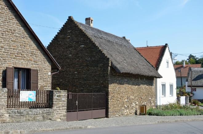 Mnoho domů ve vesnici má doškové střechy, i když u některých se mi zdá, že jde pouze o ozdobu umístěnou na moderní střešní krytině. Používání došků z rákosu, kterého je v okolí víc než dostatek, patří mezi místní tradice, zde hezky vidíme i tradiční stavební kamenivo.