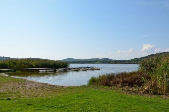 """Belső-tó (Vnitřní jezero) o ploše 28 hektarů je jedno ze dvou jezer na poloostrově (dále na severozápad leží ještě Vnější jezero, Külső-tó/""""külšétó""""). Obě vznikla v kráterech bývalých, třetihorních sopek. Další pozůstatky vulkanické činnosti na poloostrově ještě uvidíme."""