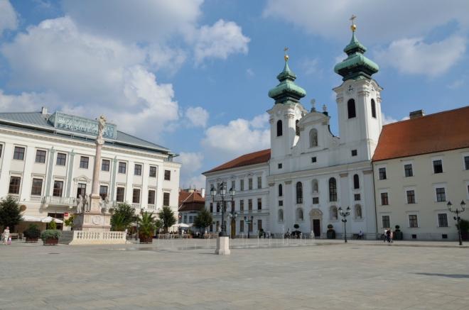 Náhodou však vzápětí přicházím nejkratší cestou přímo na hlavní, Széchenyiho náměstí (Széchenyi tér).