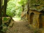 Obyvatelé nebo středověcí poustevníci do skal vyryli okénka, zřejmě na křížovou cestu.