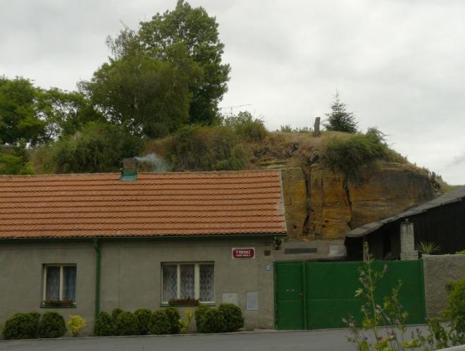 V ulici V Podskalí ve Vinoři se skutečně bydlí pod pískovcovými skalami