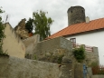 V podhradí vyrostlo na troskách hradu pár domů nalepených na sebe.