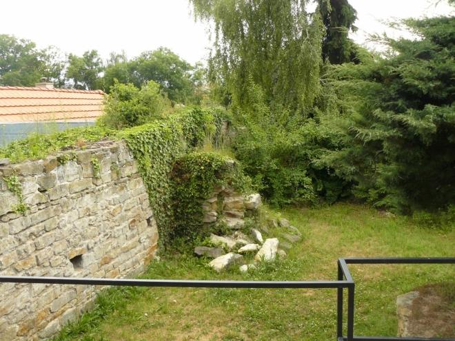 Kromě věže zbyly z hradebních budov jen hromady kamenů a několik zdí.