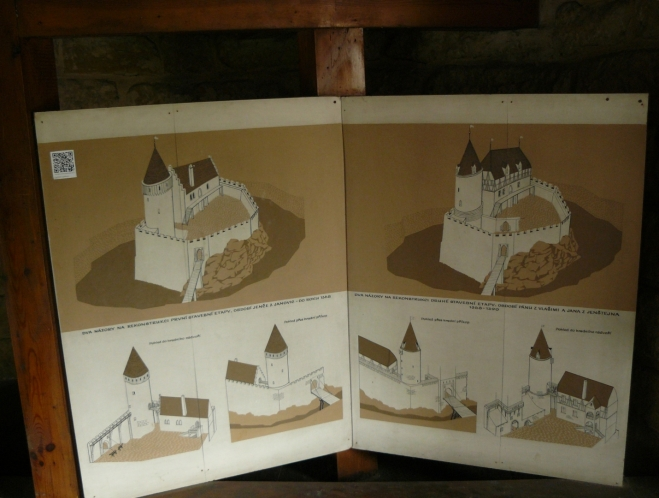 Proměny hradu v dějinách, vlevo do roku 1368 (období Jence z Janovic) a vpravo mezi lety 1368 a 1390 (období pánů z Vlašimi a Jana z Jenštejna). Názory na podobu hradu se různí, nahoře je jedna možná podoba a dole dva pohledy na jinou možnou podobu.