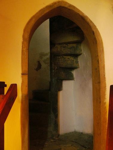 Vstup k úzkým točitým schodům
