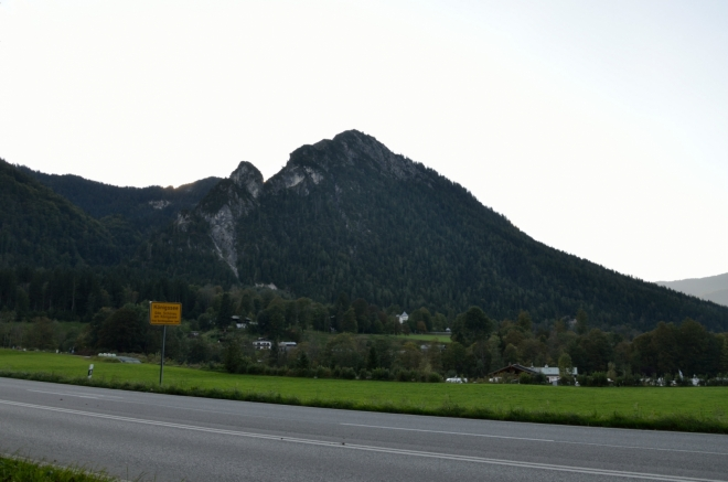 Zde máme zmíněný Grünstein (1304 m). Žlutá cedule hlásí, že už vstupujeme do vesnice Königssee ležící při stejnojmenném jezeru.