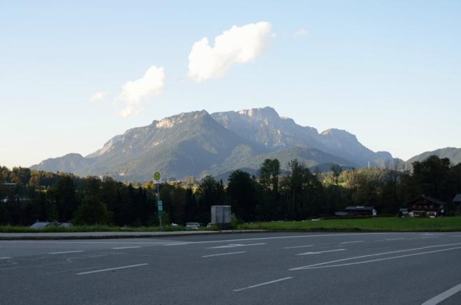Severní stranu obzoru ovládá 10 km vzdálený masiv Untersberg s nejvyšším vrcholem Berchtesgadener Hochthron (1973 m). To jsou ty impozantní hory ležící na hranicích, o kterých jsem mluvil.