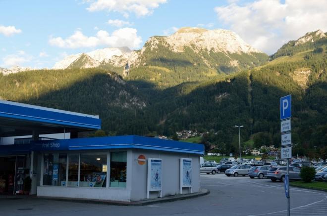Další hraniční hory, tentokrát na východě, tyto dosahují výšky kolem 2500 metrů. Na svazích po pravé straně funguje místní lyžařské středisko, dole při pumpě se pak rozkládá gigantické parkoviště.
