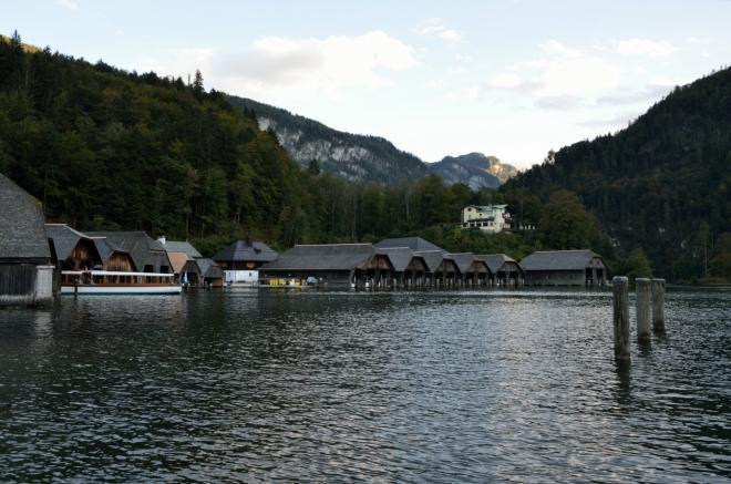 Ulice plná obchodů, hotelů a restaurací nás dovedla přímo k jezeru, tady z něj ale vidíme jenom malý kousek.