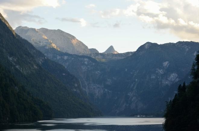 Na fotce lze spatřit pár budov na vzdáleném břehu, včetně kostela svatého Bartoloměje. Ačkoliv se to nezdá, jezero sahá ještě skoro tři kilometry za tyto budovy. Hraniční hory za jezerem se zvedají až do výše kolem 2500 metrů, nejnápadnější je ovšem špičatá Schönfeldspitze (2653 m), ležící již dále v Rakousku.
