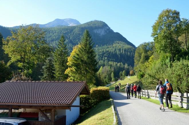 Vypadá to, že jsme ještě na konci léta zastihli hezké počasí. Údolí nás teď dlouho povede směrem na jih. Nahoře v pozadí vyčnívá sám nejvyšší vrchol národního parku, Watzmann (2713 m).