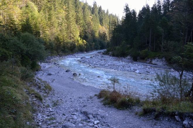 Pokračujeme dál po hlavní stezce v údolí, teď se ohlížíme zpátky. Potok je zbarvený lehce domodra a momentálně nemá moc vody.