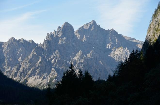 Ještě větší přiblížení, na zdánlivý konec údolí dohlíží Velký a Malý Palfelhorn (2222 a 2073 m).