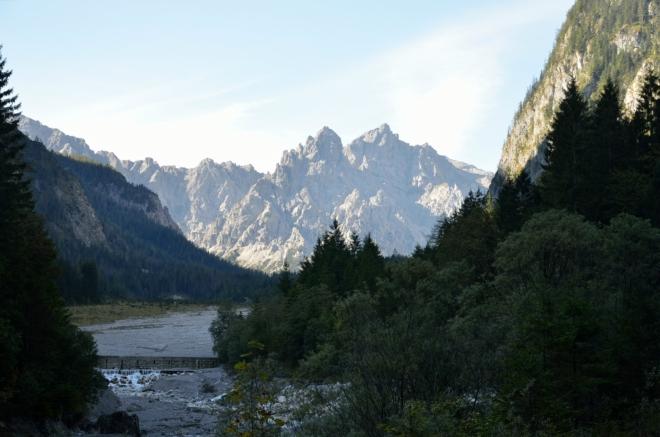 Wimbachgrieshütte bude někde pod skalnatými vrcholy v pozadí.