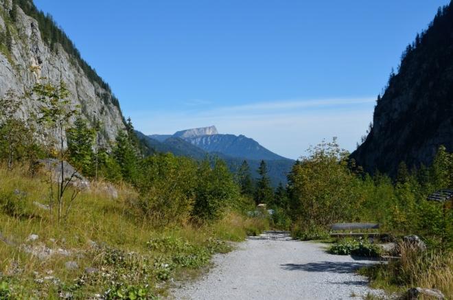 Ohlédnutí zpět, v pozadí již představený masiv Untersberg, tentokrát vzdálen 15 či více kilometrů.
