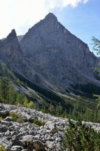 Asi hodinu jsem teď nic nefotil, po bohatém paštikovém občerstvení jsme se dostali do kamenitějšího terénu a začalo ono výrazné stoupání. Na fotce Rotleitenschneid (2229 m).