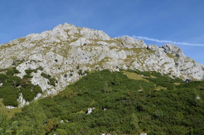 Ze severu na sedlo shlíží Hirschwiese (2114 m).