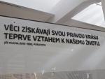Citát na zdi muzea