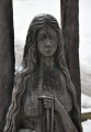 Vltava jako žena s dlouhými vlasy připomínající klidné vlny vod. Přitažlivá a trochu i smutná, podobně jako krajina, kterou se řeka ubírá.