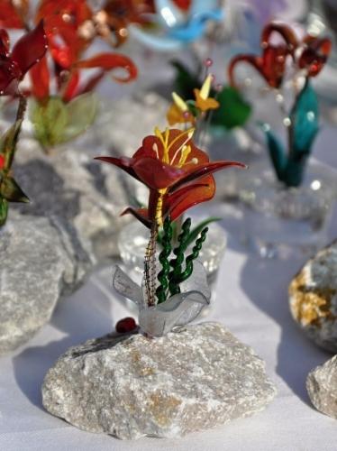 Okolo sochy Žižky jsou rozesety stánky s rozličným tovarem.