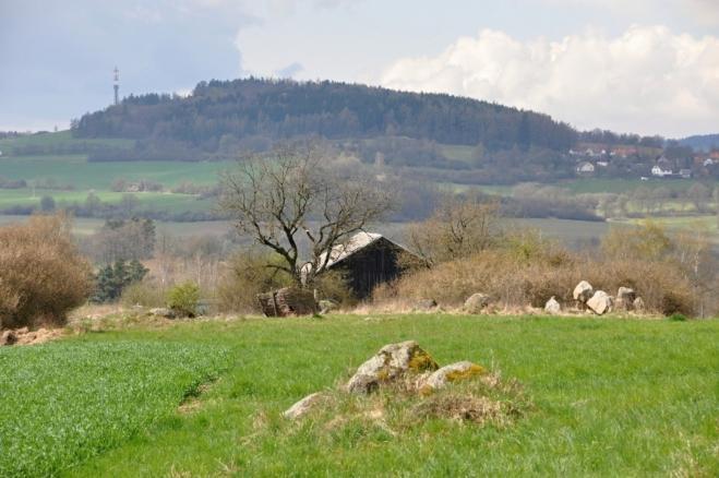Pohled od Skoupého k Hodětínu (572 m n. m.) a k vísce Kuní.