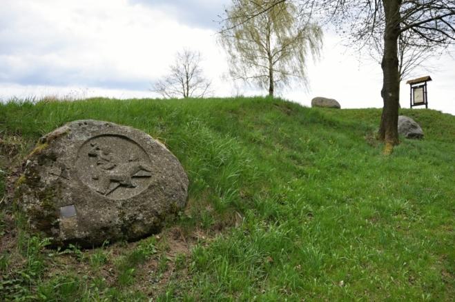 Mezi obcemi Kuní a Kuníček najdete do kamenů vytesanou křížovou cestu.