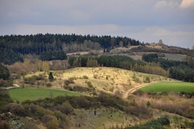 Znovu osvětlený Kozinec a vrchol Homolky a Křemenice (578 m n. m.).