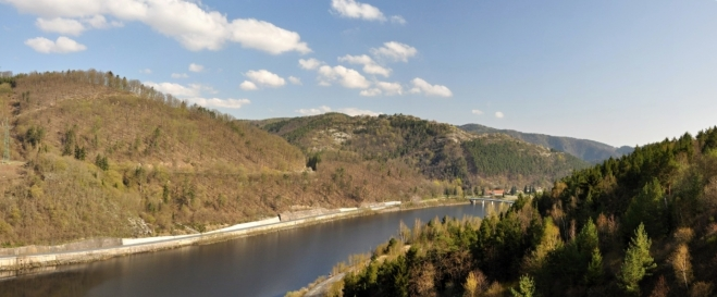 Pohled na údolí Vltavy z hráze Orlické přehrady.