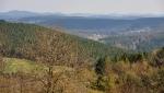 Pohled k hrázi z hřebene Krchova (489 m n. m.).