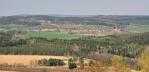 Výhled směrem na Bytíz, kde stojí těžební věž.
