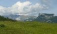 Odhalují se nám první výhledy: vlevo masiv Warschenecku a vpravo stolová hora Stubwieswipfel