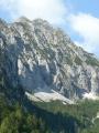 Strmě spadající severní stěna Bosrucku. Masivní kříž na vrcholu je vidět již zezdola (dokonce i z dálnice).