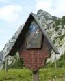 Stará malovaná cedule v sedle pojednávající o tradičních poutích na horu.