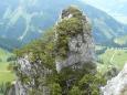Z jižního svahu ční ostré skály. Že by zkamenělé věže dávných čarodějů a čarodějek?