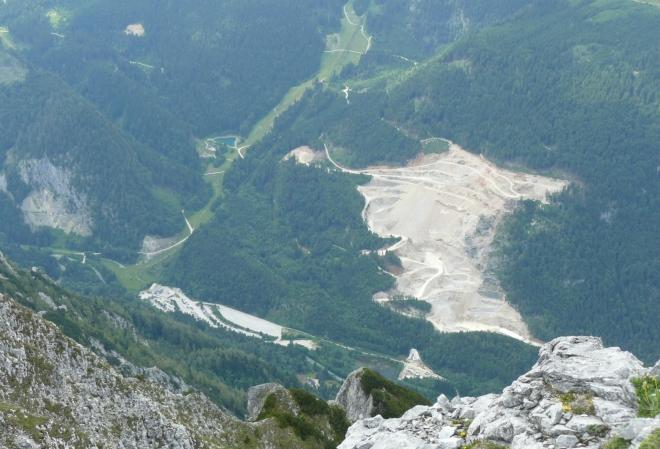 Lom a velké parkoviště pod Warschenekem, které náleží k lyžařskému areálu