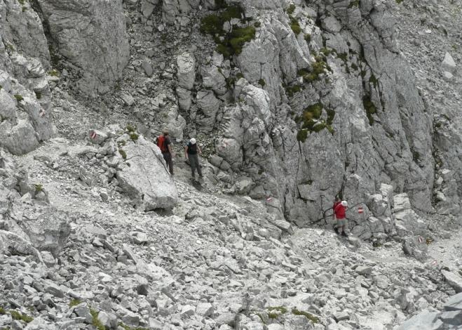 Sestup z vrcholu mezi skalami
