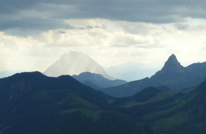 Zlověstná a podmračená krajina a osvícený vrchol Grimmingu jako symbol naděje, že mraky zase přejdou