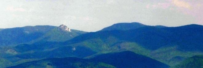 Nedobře lze rozpoznat i Vápeč. Impozantní vrchol, který vynikne především pokud se ocitnete v jeho bezprostřední blízkosti. Hodně velké přiblížení a focení z ruky na kvalitě obrázku ubralo, pohled na tuto horu však stojí za uvedení.