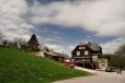Holubyho chata je již na Slovenské straně hřebene, nedaleko pod vrcholem Velké Javořiny.