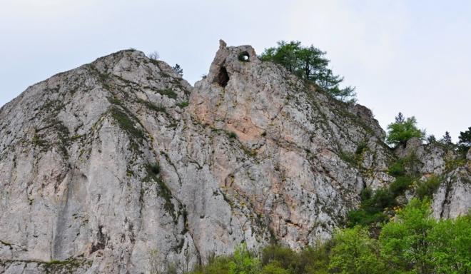 Hradní zřícenina Vršatce je skryta ve skalách.