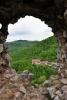 Průhled oknem k chatě Vršatec.