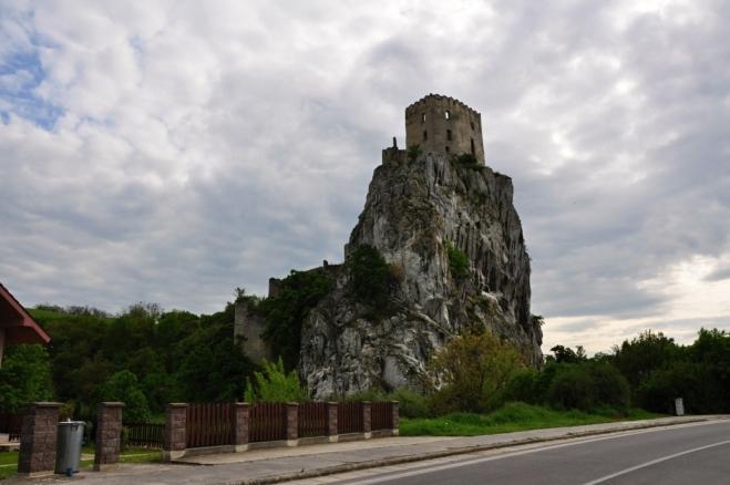 HSilueta hradu Beckov zaujme.